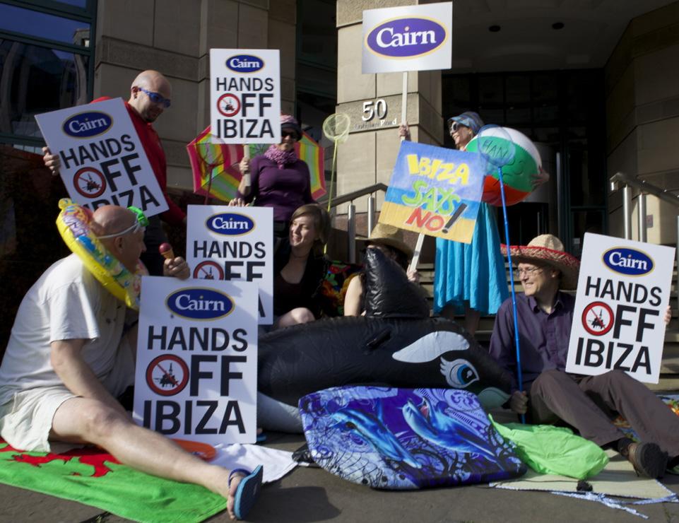 Las protestas de Greenpeace frente a la sede de Cairn Energy en Edimburgo en solidaridad con Alianza Mar Blava