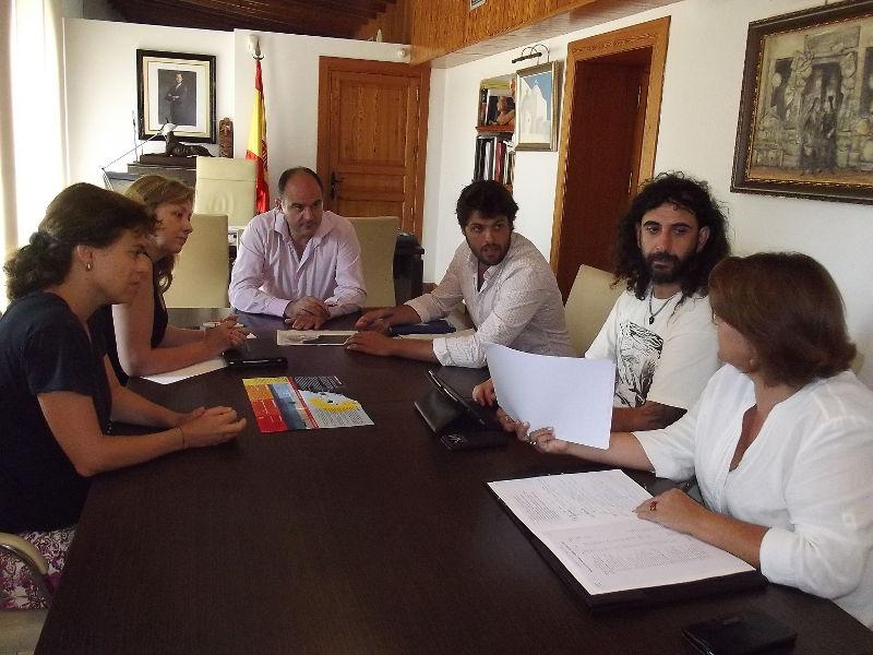 A la imatge, l'alcalde Vicent Marí i la regidora Antònia Picó (a l'esquerra) juntament amb els membres del Mini Grup de Treball de l'Aliança Mar Blava: Javier Gómez, tècnic de Medi Ambient de Santa Eulària des Riu i representant de les administracions; Ángeles Nogales, com a membre de l'àrea empresarial; Sandra Benbeniste (esquerra), de Ibiza Preservation Fund, de la branca d'ONG; i Jordi Bichara, encarregat de la coordinació de voluntaris.